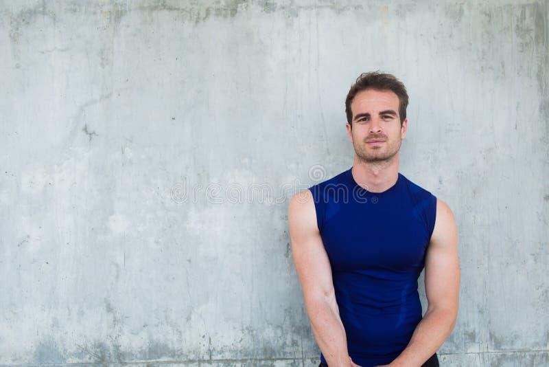 Hommes convenables de jeunes faisant la pause entre former dehors photo stock
