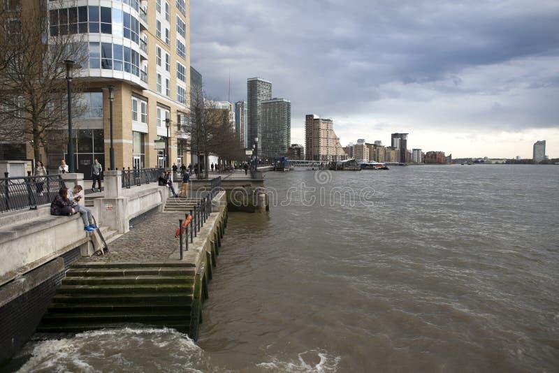 Hommes d'affaires à Canary Wharf, la nouvelle place financière dans les quartiers des docks de Londres images stock