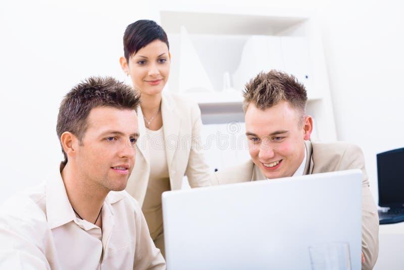 Hommes d'affaires à l'aide de l'ordinateur portatif photos libres de droits