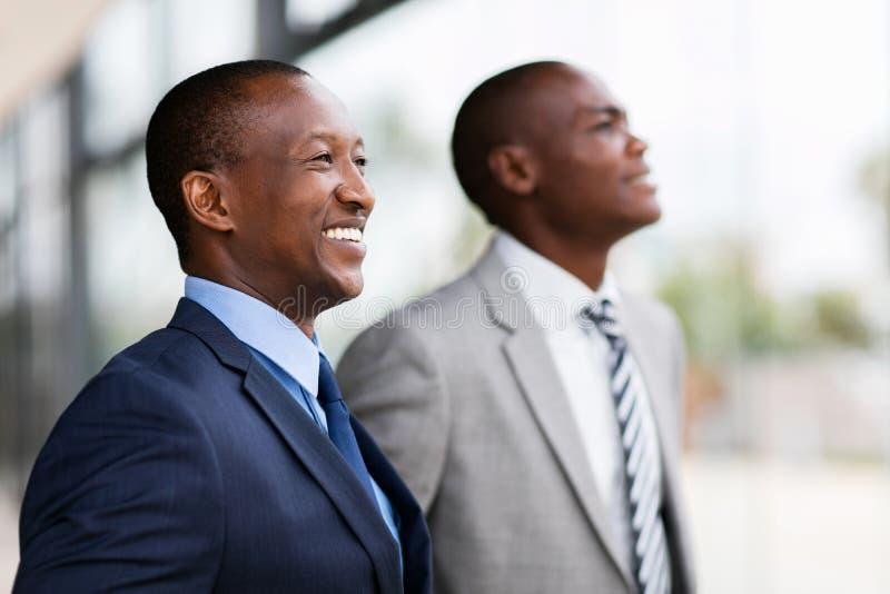 Hommes d'affaires africains regardant loin photos libres de droits