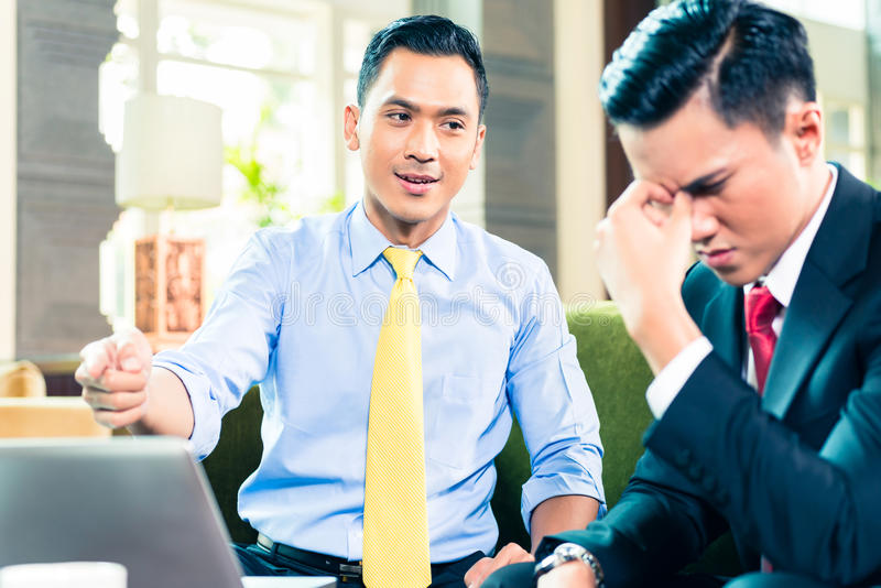 Hommes d'affaires asiatiques ayant la réunion images stock