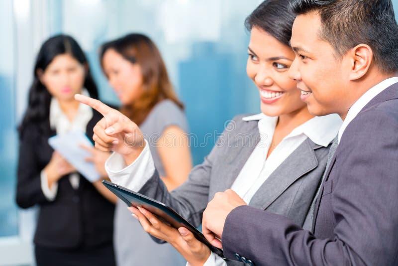 Hommes d'affaires asiatiques ayant la réunion dans le bureau photos stock