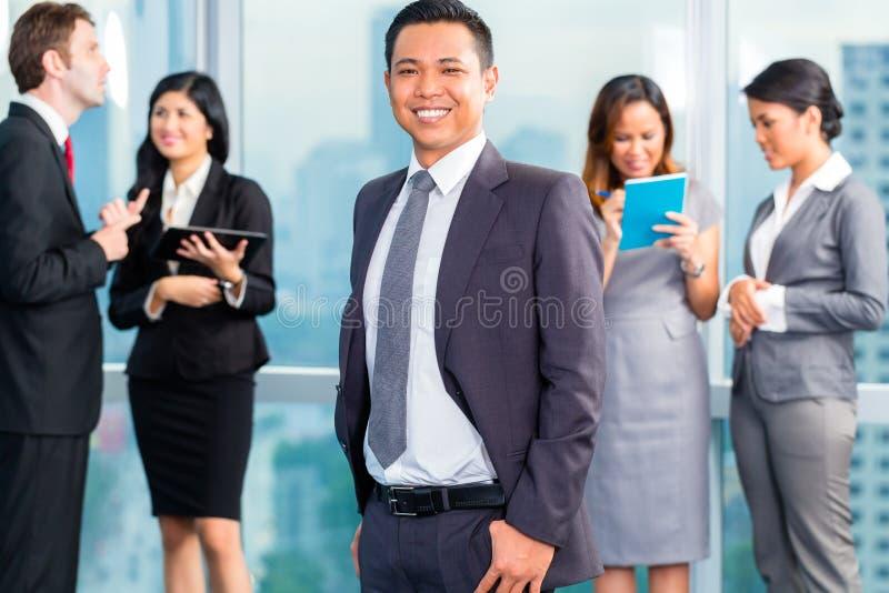 Hommes d'affaires asiatiques ayant la réunion dans le bureau image libre de droits