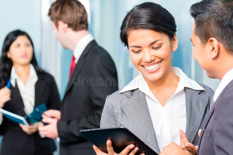 Hommes d'affaires asiatiques ayant la réunion dans le bureau photos libres de droits