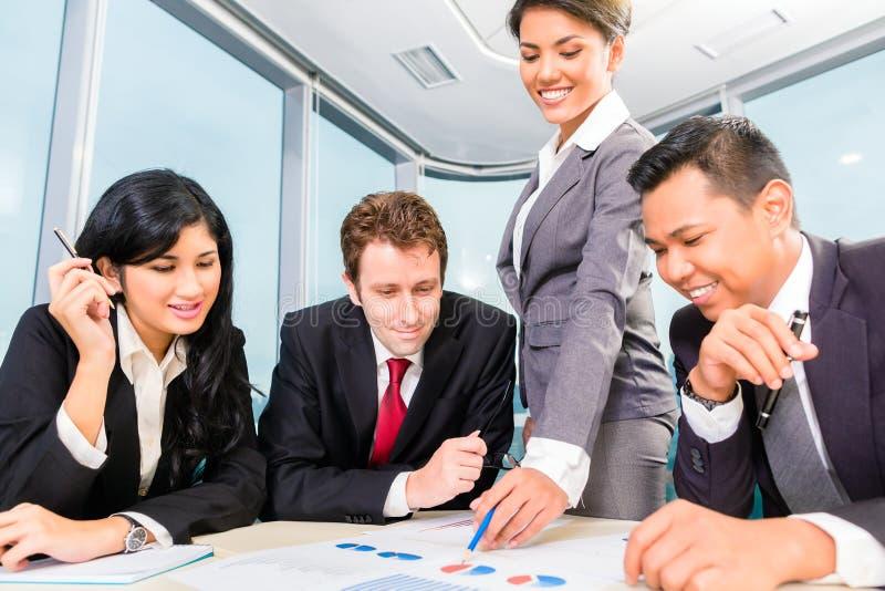 Hommes d'affaires asiatiques se réunissant dans le bureau images libres de droits