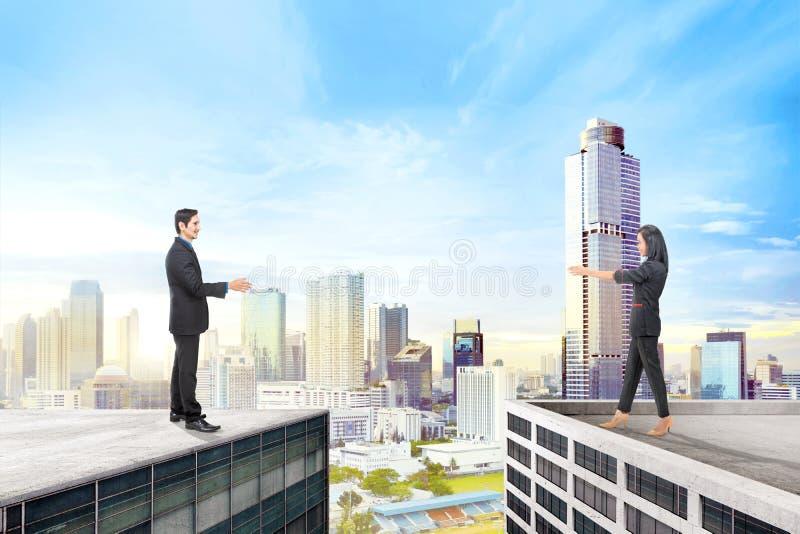 Hommes d'affaires asiatiques se tenant sur le dessus de toit différent photo stock