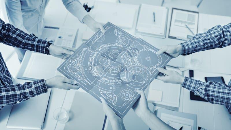 Hommes d'affaires assemblant un puzzle images stock