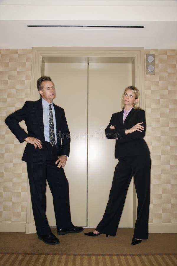 Hommes d'affaires attendant l'ascenseur image libre de droits