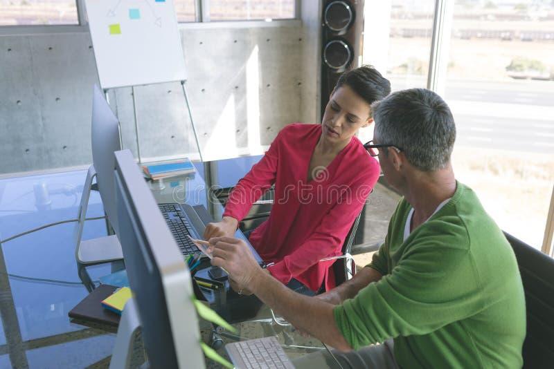 Hommes d'affaires attentifs travaillant au bureau dans le bureau créatif photo stock
