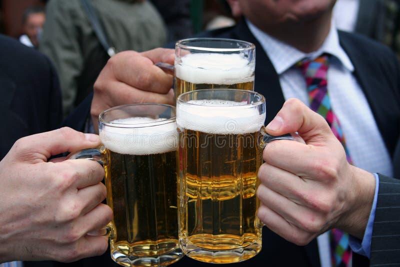 Hommes d'affaires avec des bières images libres de droits