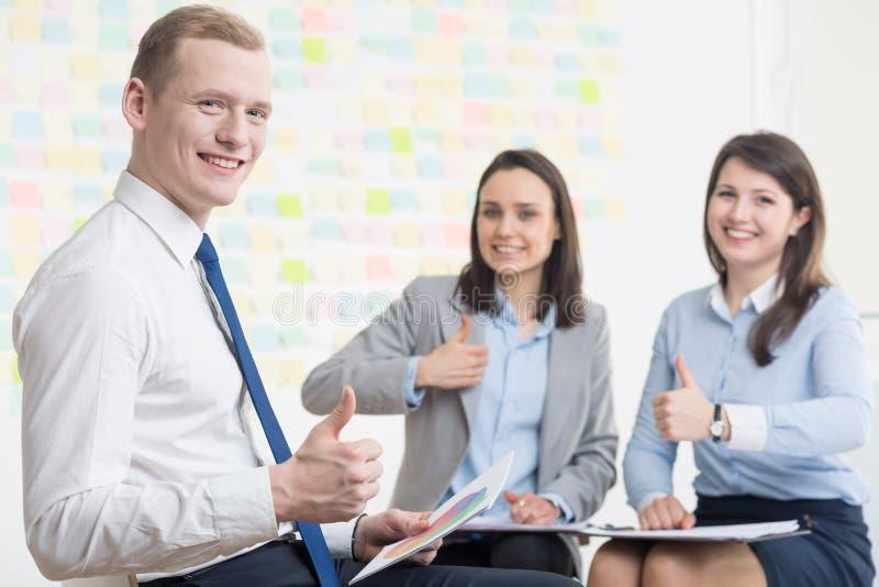 Hommes d'affaires avec l'attitude positive image stock