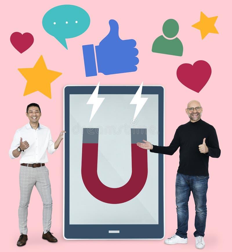 Hommes d'affaires avec le media social lançant des idées sur le marché photo libre de droits