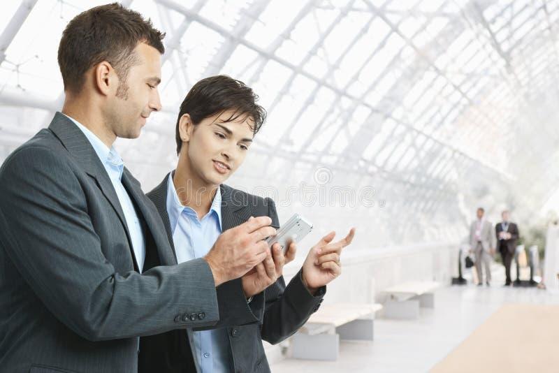 Hommes d'affaires avec le smartphone image libre de droits