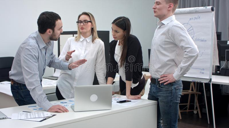 Hommes d'affaires ayant l'argument dans le bureau photo stock
