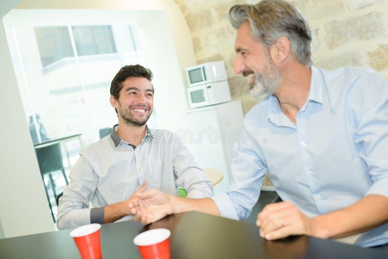 Hommes d'affaires ayant la boisson dans le studio image libre de droits
