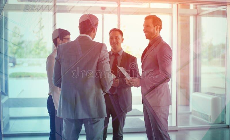 Hommes d'affaires ayant la réunion d'affaires occasionnelle photo stock