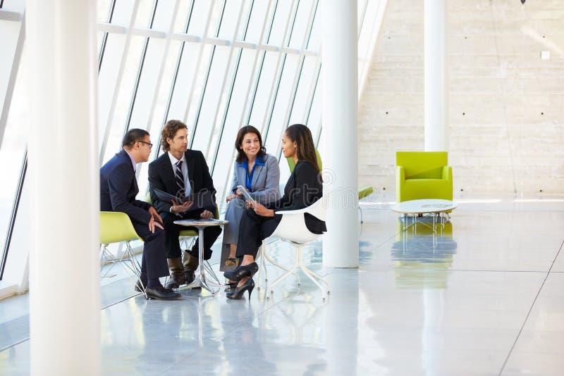 Hommes d'affaires ayant le contact dans le bureau moderne images stock