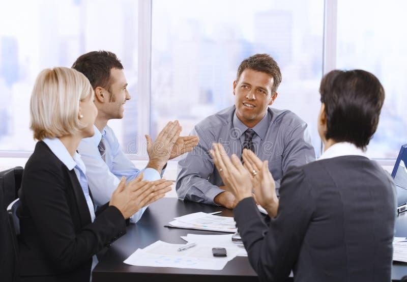 Hommes d'affaires battant des mains photo libre de droits