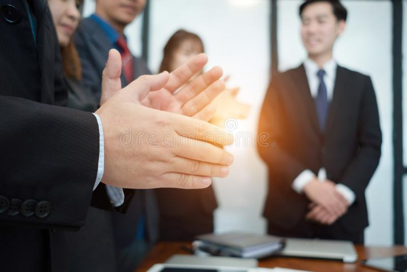 Hommes d'affaires battant leurs mains lors de la réunion les hommes d'affaires félicitent le succès les affaires, concept d'affai images stock