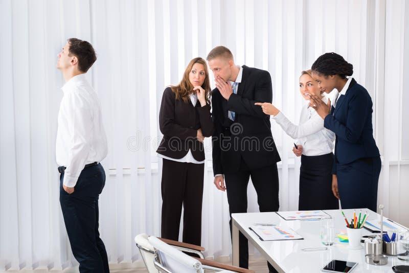 Hommes d'affaires bavardant dans le bureau images stock