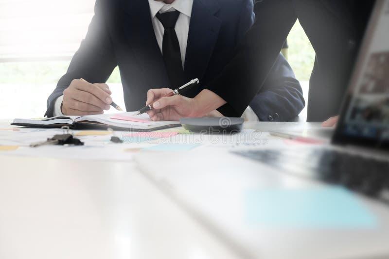 Hommes d'affaires chiés cultivés se réunissant sur la table image libre de droits
