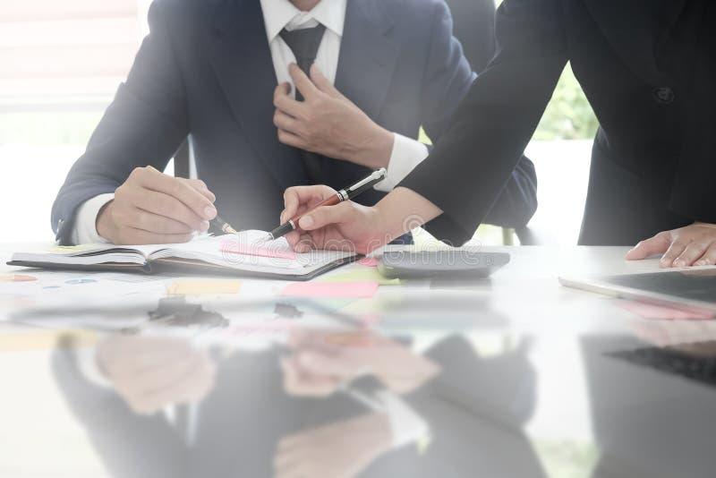 Hommes d'affaires chiés cultivés se réunissant sur la table photos libres de droits