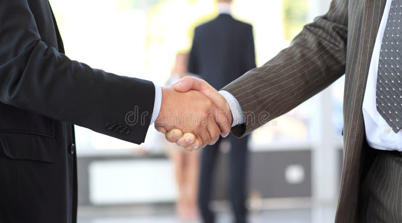 Hommes d'affaires clôturant l'affaire. prise de contact photo stock