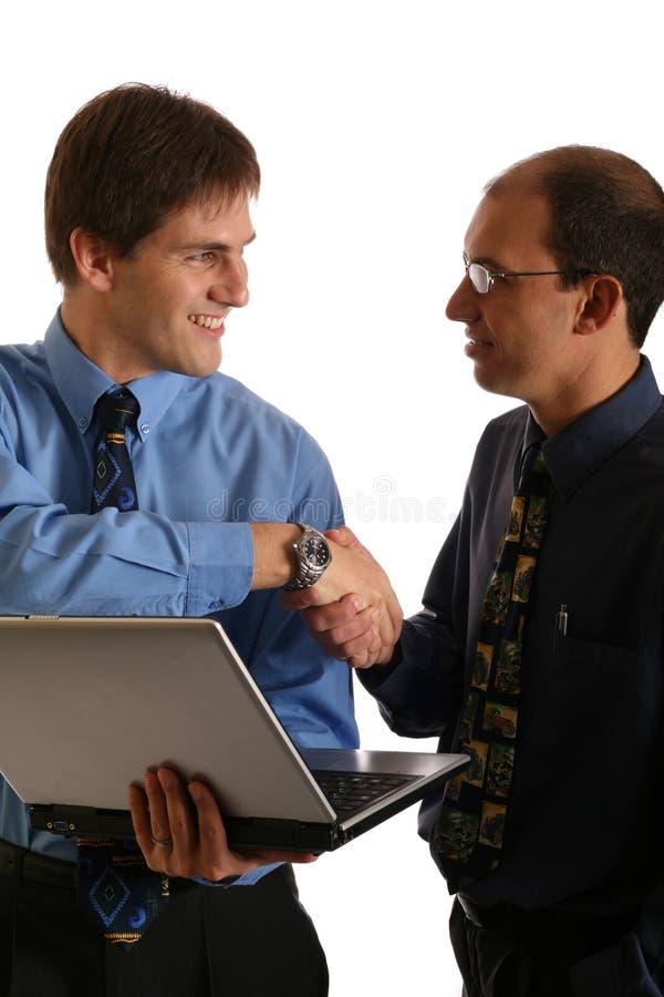 Hommes d'affaires clôturant une affaire photographie stock libre de droits
