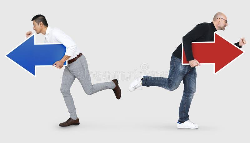 Hommes d'affaires courant dans différentes directions images stock