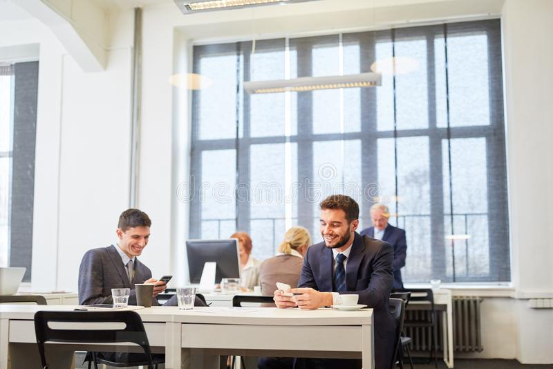 Hommes d'affaires coworking dans partager de bureau photos stock