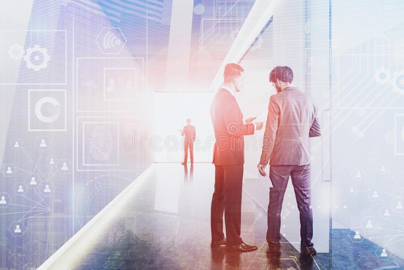 Hommes d'affaires dans le bureau, interface numérique photo libre de droits