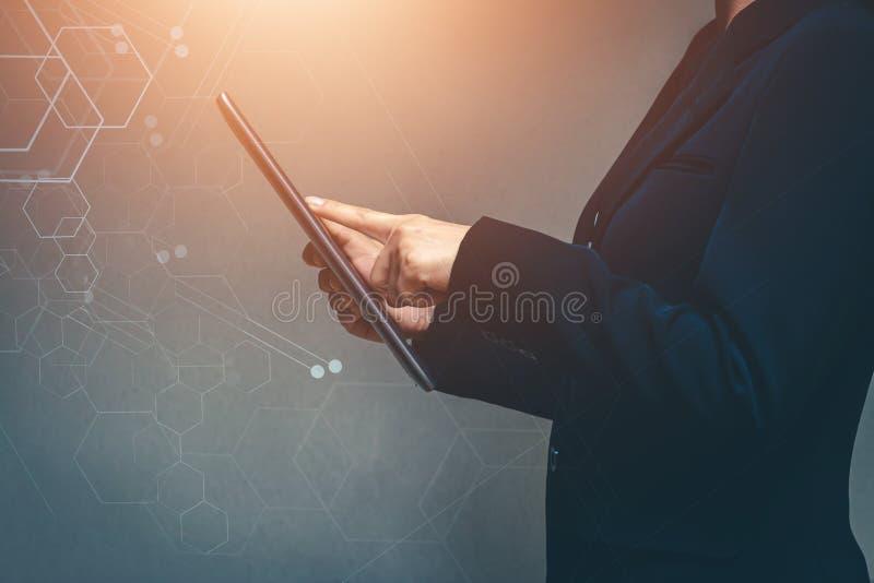 Hommes d'affaires dans le monde de la technologie et des entreprises en ligne modernes photographie stock libre de droits