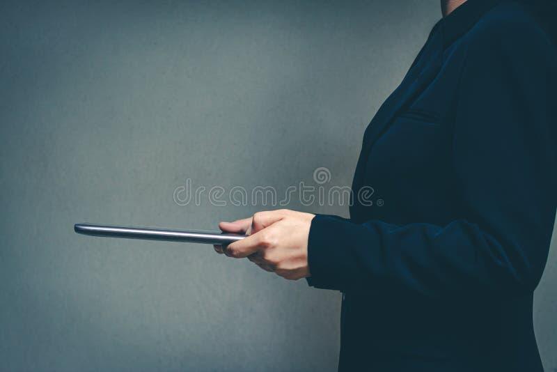 Hommes d'affaires dans le monde de la technologie et des entreprises en ligne modernes images libres de droits