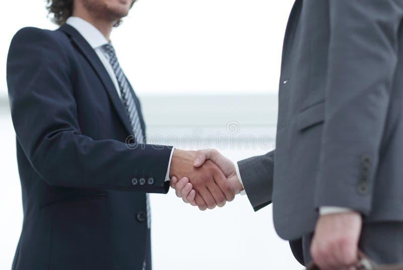 Hommes d'affaires dans un costume avec des serviettes image stock