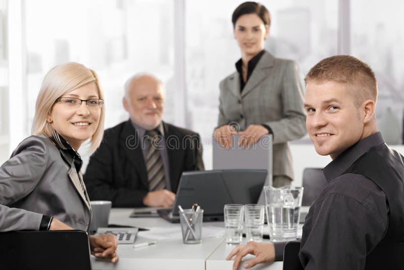 hommes d'affaires de Mi-adulte s'asseyant lors du contact images libres de droits