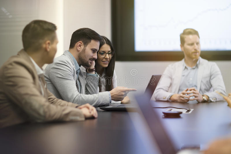 Hommes d'affaires de perspective ayant la réunion dans la salle de conférence photo stock