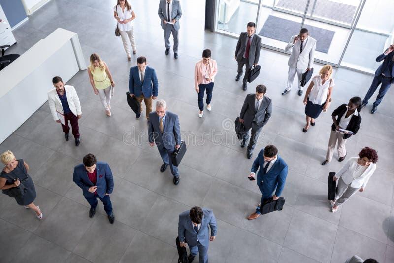 Hommes d'affaires de portrait dans le costume allant sur la réunion d'affaires photos libres de droits