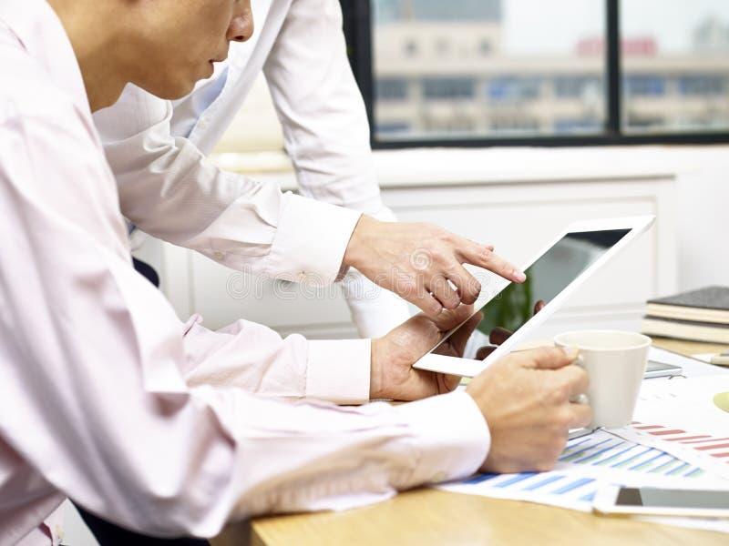 Hommes d'affaires discutant des affaires dans le bureau photo libre de droits