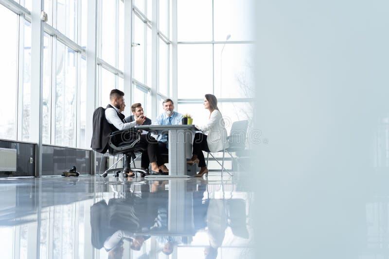 Hommes d'affaires discutant ensemble dans la salle de conf?rence au cours de la r?union au bureau photographie stock