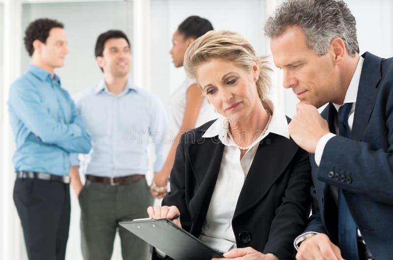 Hommes d'affaires discutant le projet photos stock