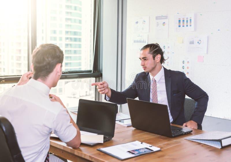Hommes d'affaires discutant le projet lors de la réunion Présentation d'affaires photographie stock libre de droits