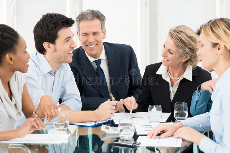 Hommes d'affaires discutant lors de la réunion images stock