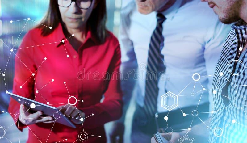 Hommes d'affaires en rencontrant travailler au comprimé ; effet de la lumière image stock