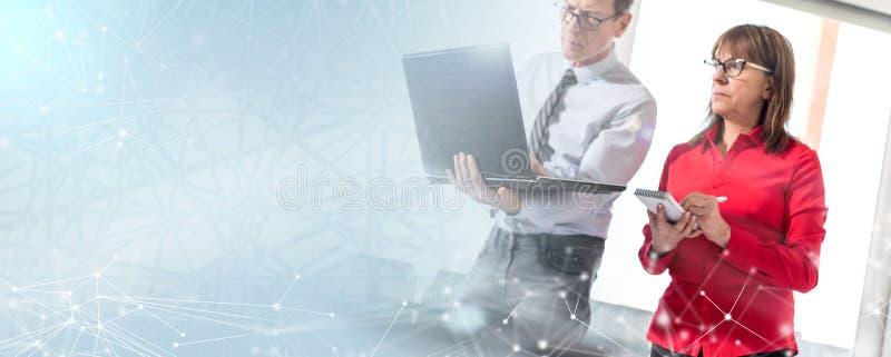 Hommes d'affaires en rencontrant travailler sur l'ordinateur portable ; effet de la lumière images stock