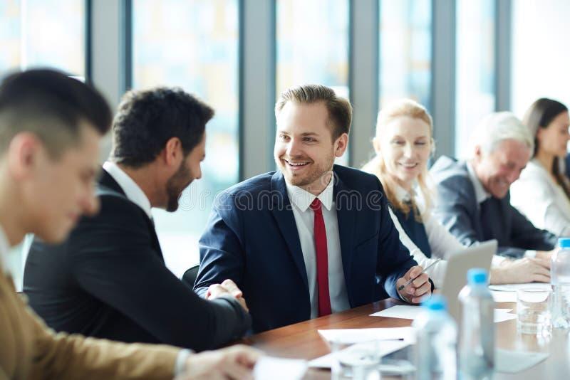 Hommes d'affaires enthousiastes célébrant le succès au cours image stock