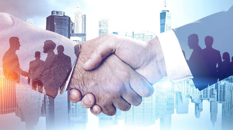 Hommes d'affaires et équipes se serrant la main photographie stock libre de droits