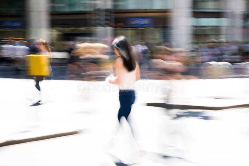 Hommes d'affaires et employés de bureau traversant la route Les personnes de marche font signe la tache floue Ville de la vie d' photographie stock libre de droits