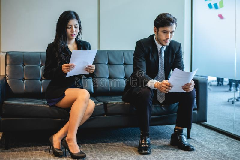 Hommes d'affaires et femmes d'affaires discutant des documents et des id?es dans la r?union et le concept d'entrevue d'emploi photos libres de droits
