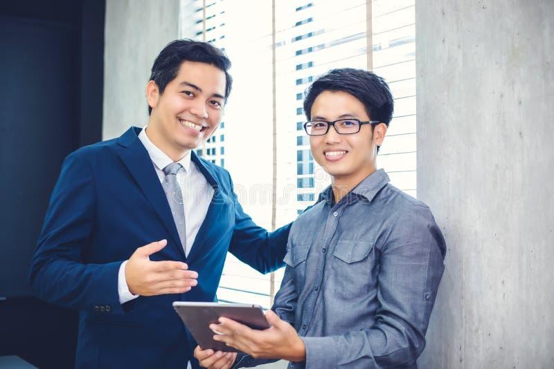 Hommes d'affaires et groupe asiatiques utilisant le carnet pour des associés photo stock