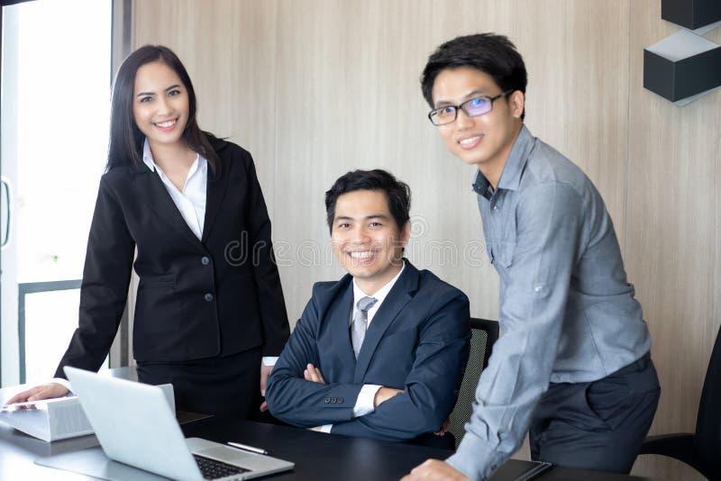 Hommes d'affaires et groupe asiatiques utilisant le carnet pour des associés photographie stock libre de droits